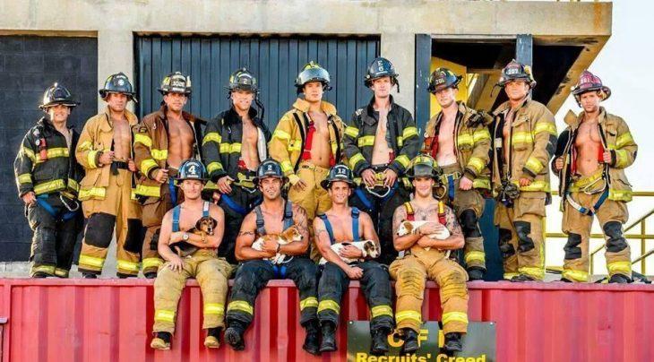 Grupo de bomberos sentados