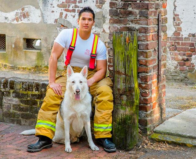Hombre sentado con un perro