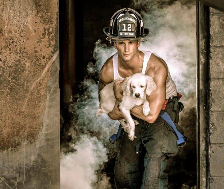 Bombero cargando un perro