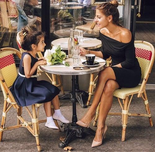 madre e hija sentadas comiendo ensalada