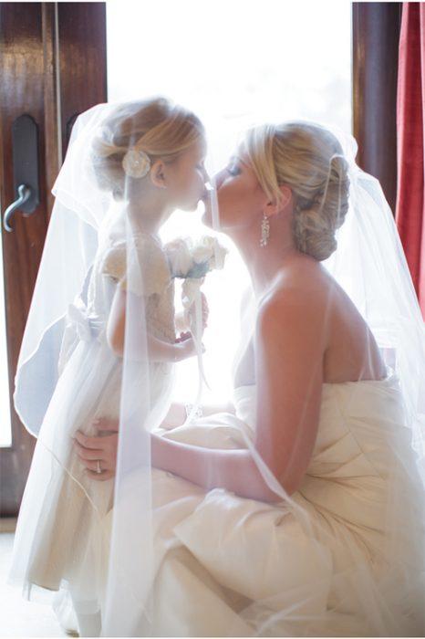 madre e hija cubiertas con un velo de novia