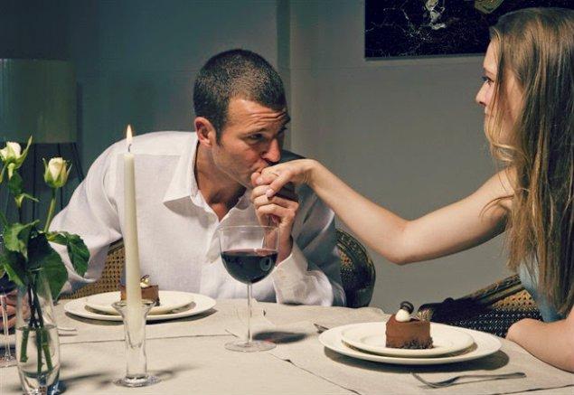 hombre besando la mano de su novia