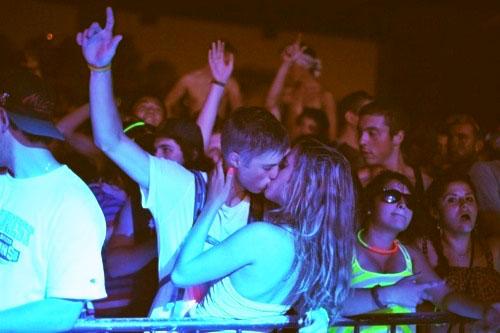 novios en fiesta besándose