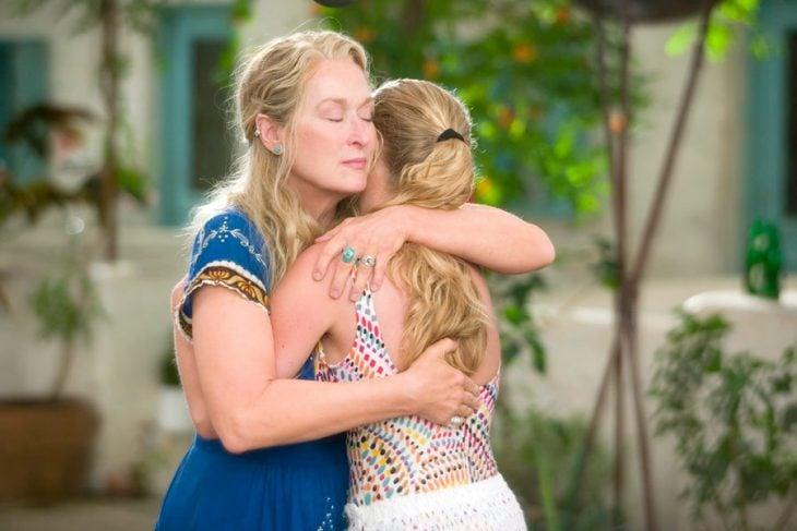 madre e hija se abrazan emotivamente