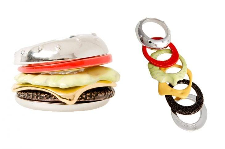 fotografia de anillo en forma de hamburguesa con distintos colores