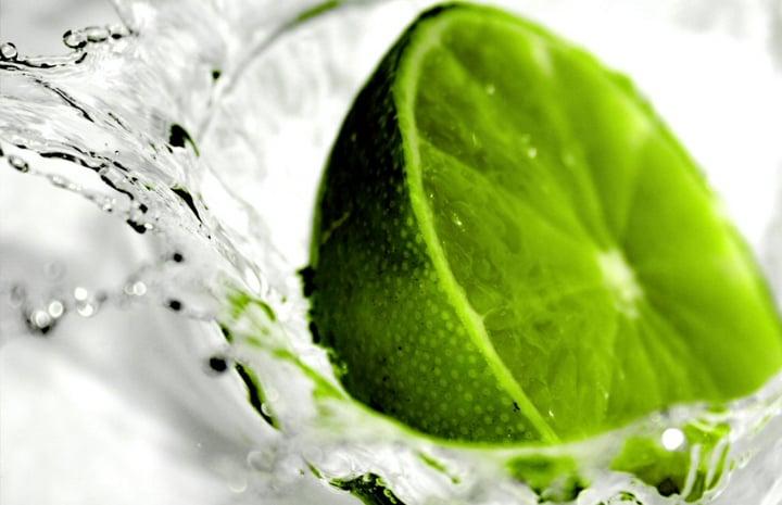 Limón sumergiéndose en agua