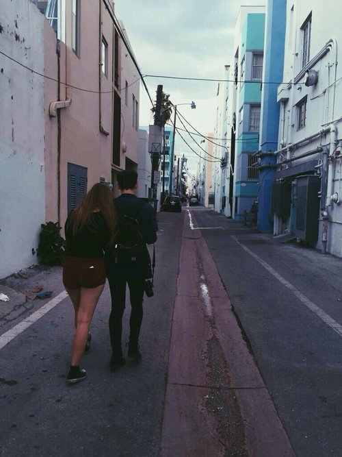 novios abrazados caminando por la calle