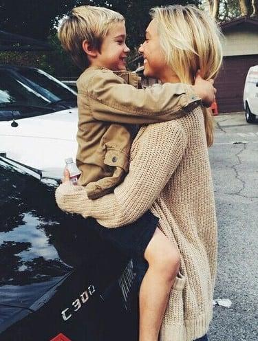 mamá hablando con su hijo