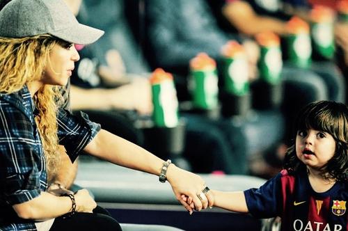mamá con su hijo con playera del barcelona