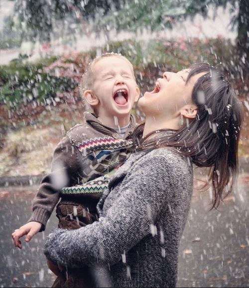 mamá e hijo en la nieve