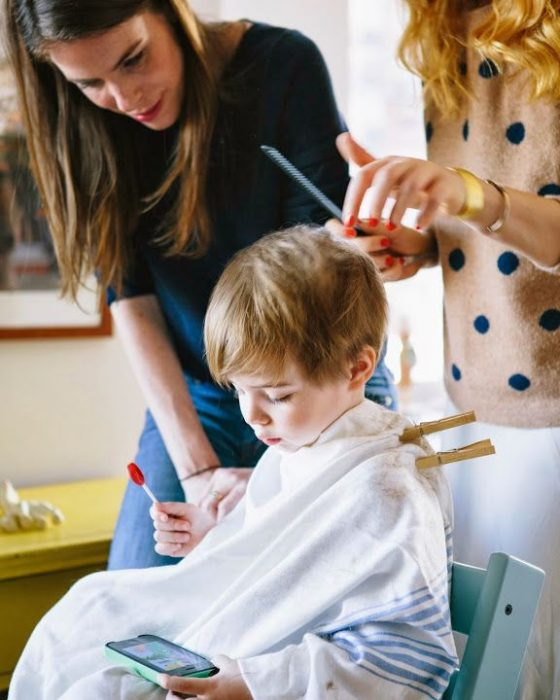 niño cortandose el cabello
