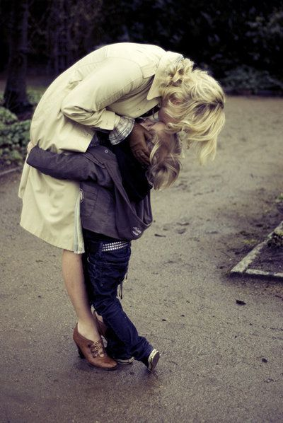 mamá dando un beso en la frente a su hijo