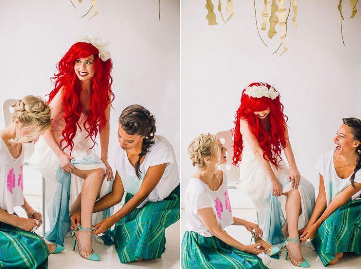 chicas en una habitación ayudando a otra a ponerse las zapatillas mientras platican