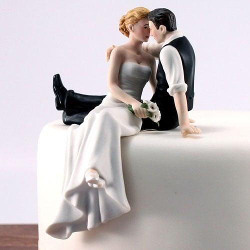 sentados a la orilla del pastel enamorados