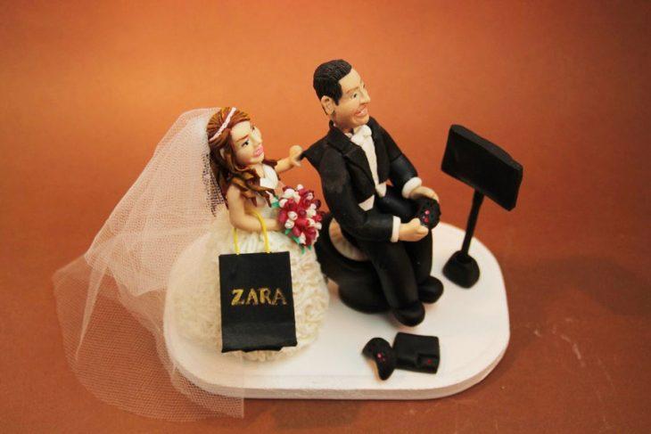 novia con bolsas de tienda zara y el novio jugando vídeo juegos