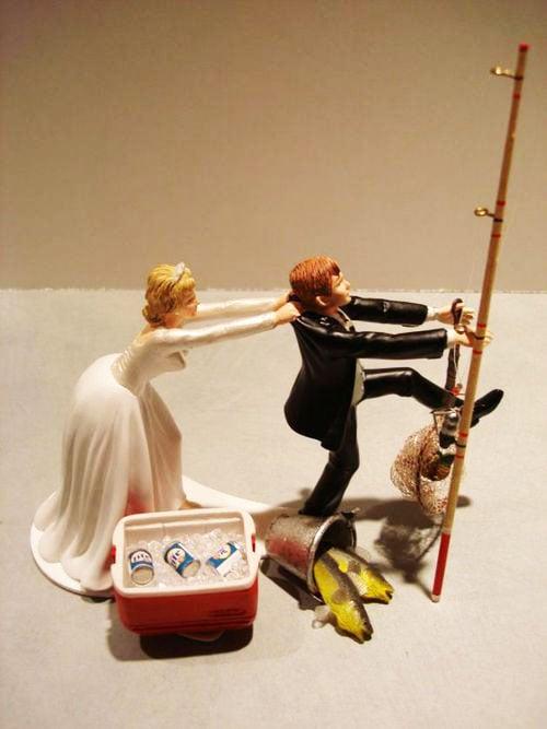 novia jalando al novio, y novio con caña de pesca, hielera, pescados