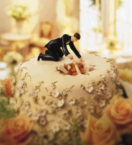 novio sacando a la novia del agujero