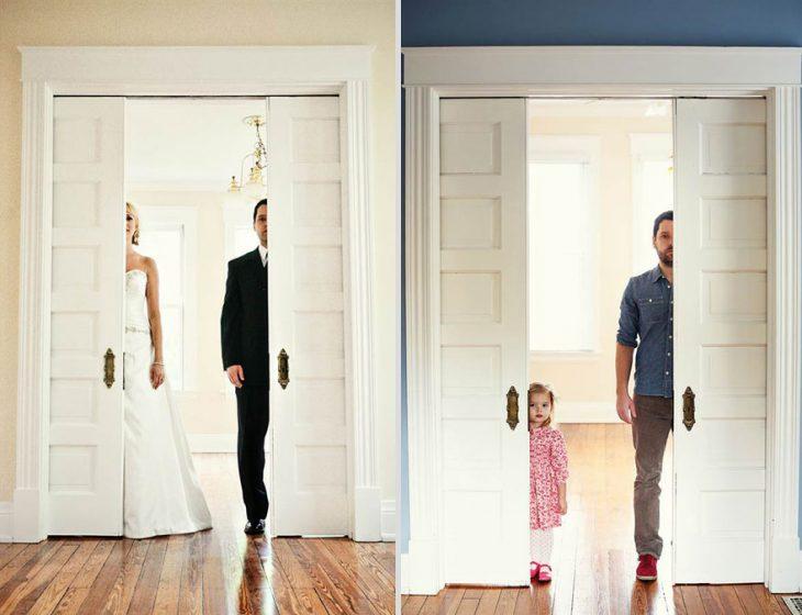 pareja de novios escondidos tras una puerta y en la misma imagen se ven a un padre y su hija de la misma manera
