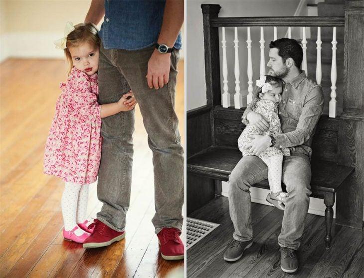 padre abrazando a su hija en medio de una sala y en una banca al final de las escaleras