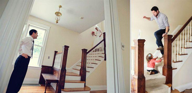 hombre esperando al final de la escalera a que bajen su esposa e hija