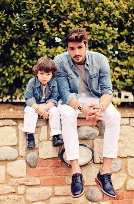 papá e hijo vestidos igual