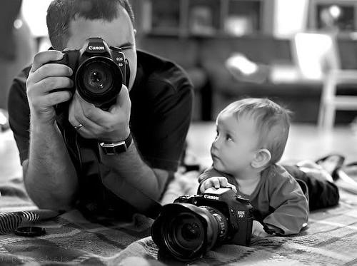 papá fotógrafo con cámara y su bebé también