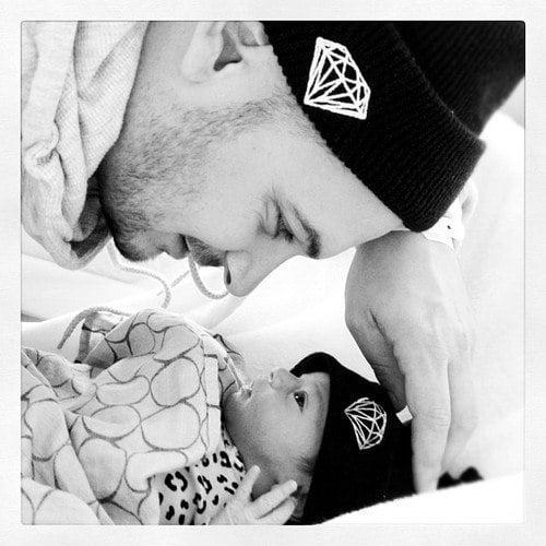 papá con su bebé con el mismo gorro