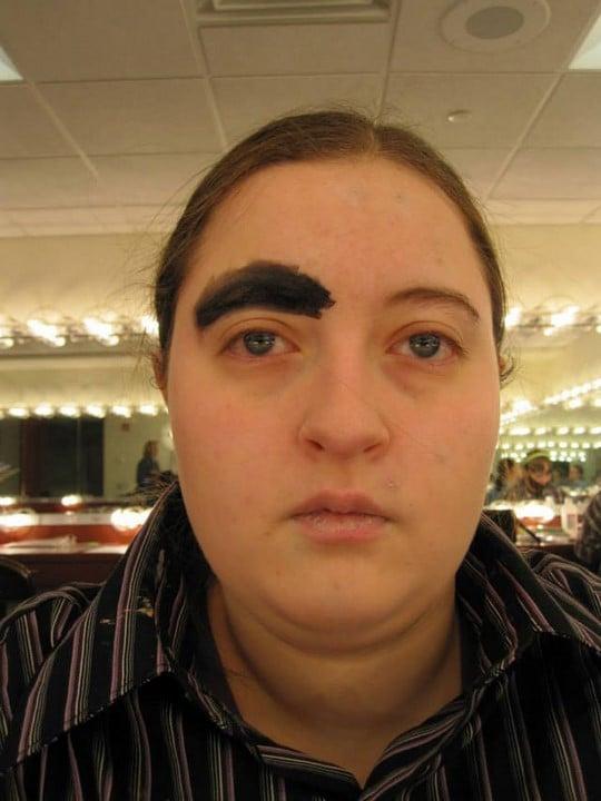 chica sentada en el centro comercial con una ceja pintada con plumón