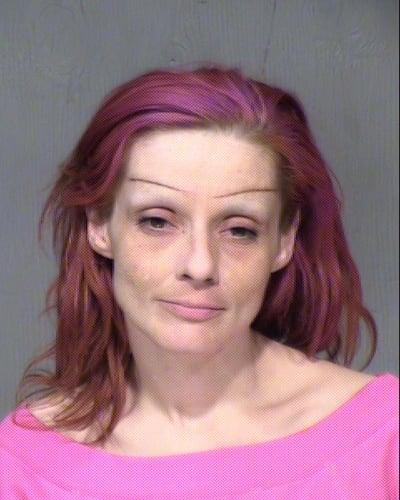 mujer con con cabello cejas y blusa color rosa