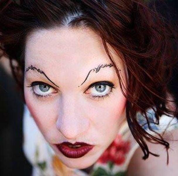 mujer con cejas creativas diseñadas con letras cursivas