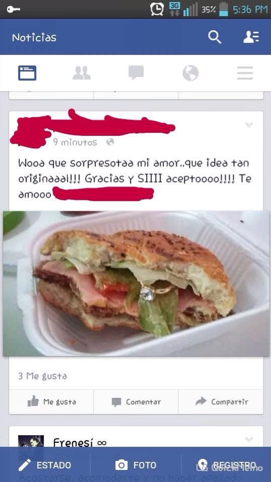 plato con una hamburguesa y dentro de esta tiene un anillo de matrimonio