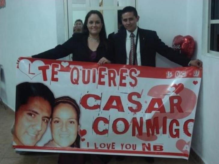dos personas sosteniendo una manta donde le propone matrimonio a una chica