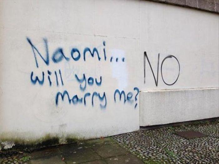graffiti de propuesta de matrimonio con una respuesta negativa