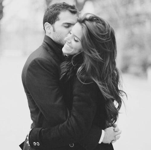 pareja de enamorados abrazados compartiendo un beso en la mejilla