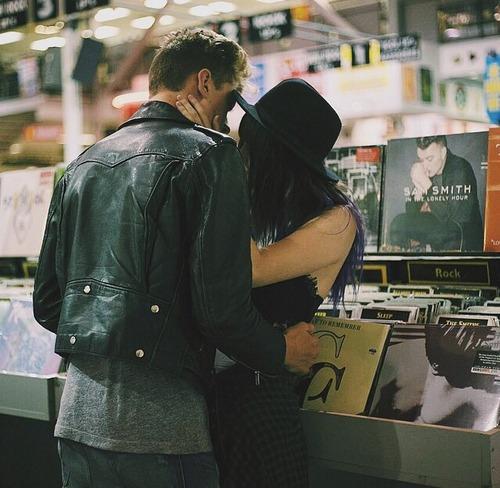 novios besandose en medio de una tienda de discos