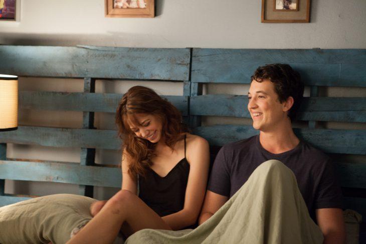pareja sentada en la cama platicando
