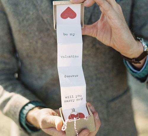 proponiendo matrimonio en un acordeon