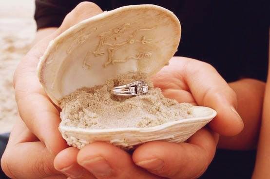 anillo de matrimonio en una concha