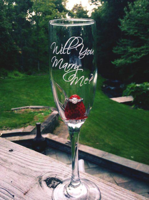 copa con fresa y anillo de compromiso