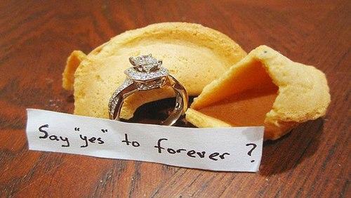 anillo de compromiso en una galleta
