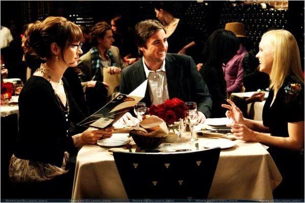 personas sentadas en un restaurante cenando y conversando