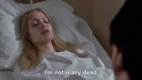 mujer acostada en una cama muriendo