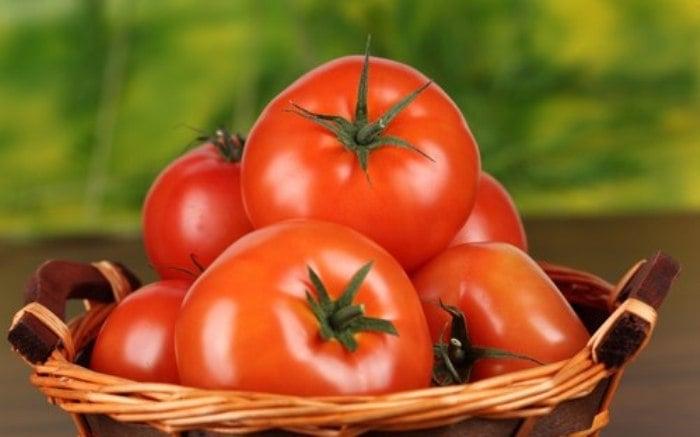 Canasta con tomates