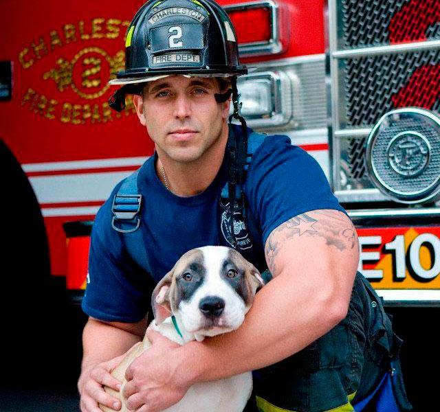 Hombre abrazando un cachorro