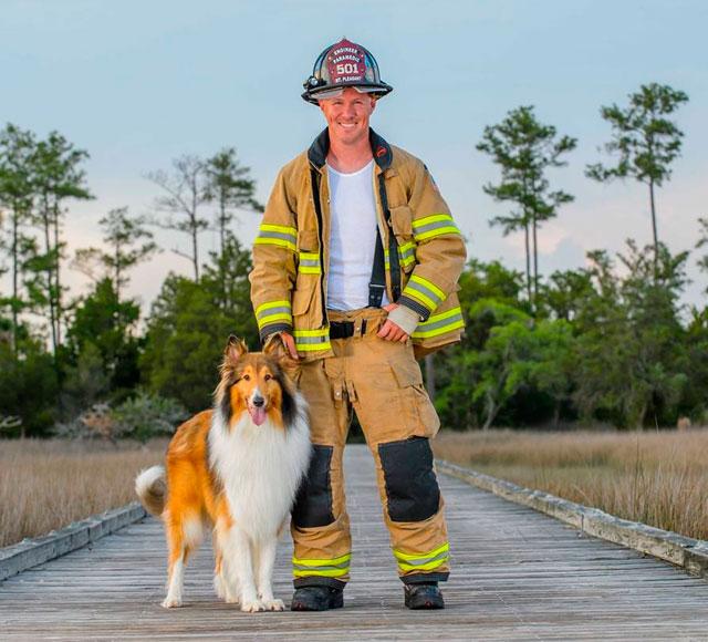 Perro y bombero juntos