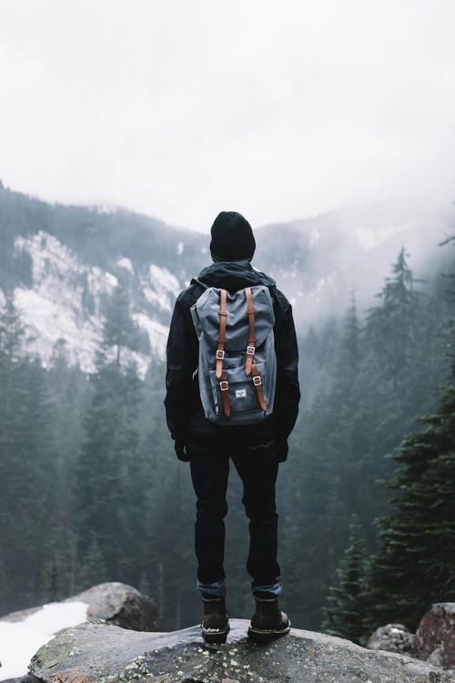 hombre en una montaña siguiendo su camino