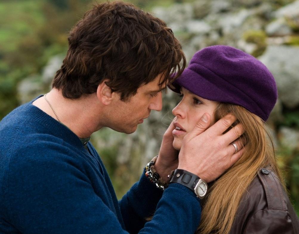 hombre y mujer hablando y viéndose a los ojos