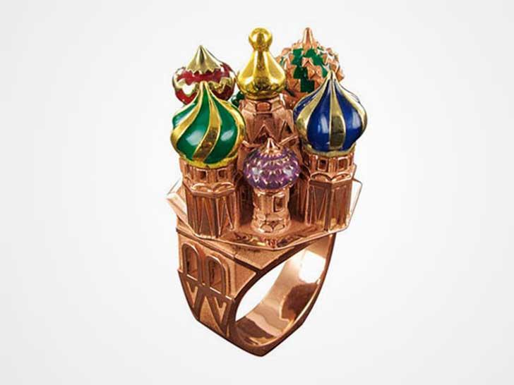 fotografía de anillo en forma del castillo Mijáilovski