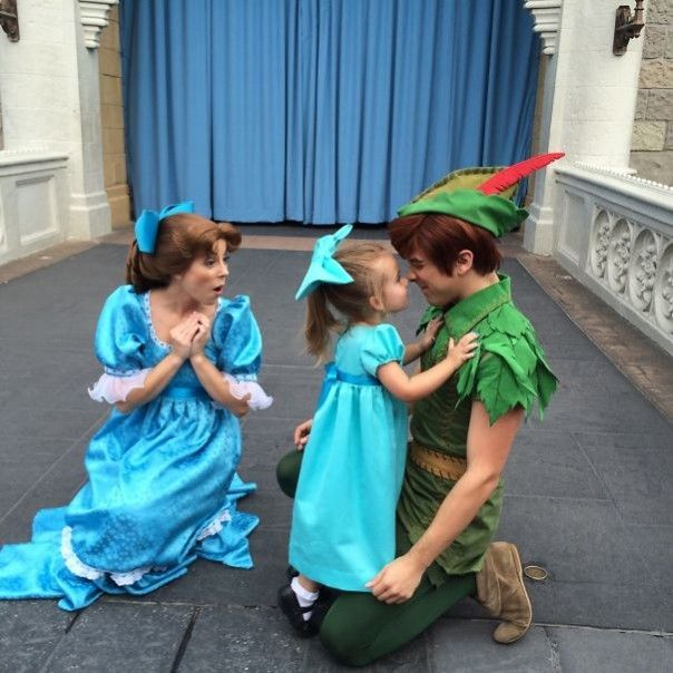 Madre Cose Disfraces De Personajes Disney Para Su Hija