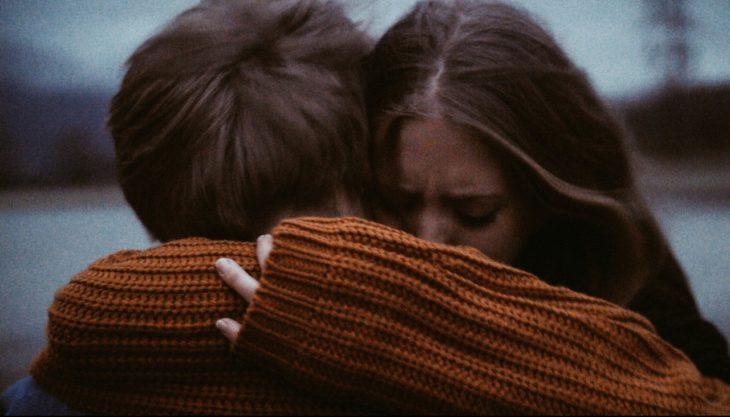 Chica llorando abraza a chico